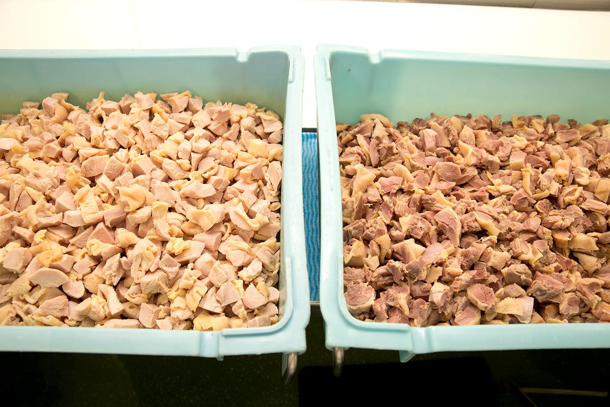 左がむね肉、右がもも肉。どちらも国産鶏のみ使用