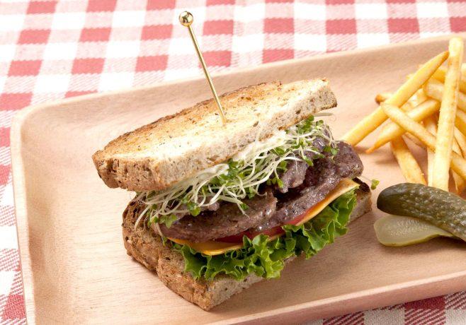 牛肉の粗挽き黒胡椒のオープンサンド