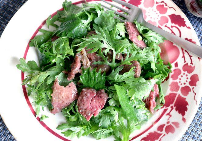 黒胡椒をきかせた牛肉<br>&生春菊と大葉のサラダ