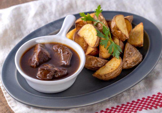 牛ほほ肉の赤ワイン煮ポムフリット添え